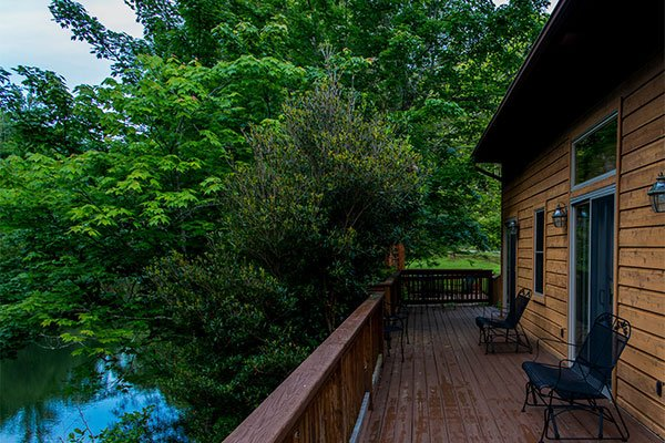 Rooms-Azalea-04-Inn-on-Mill-Creek-Exterior-Deck